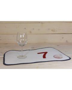 Tischset mit roter Nummer 7